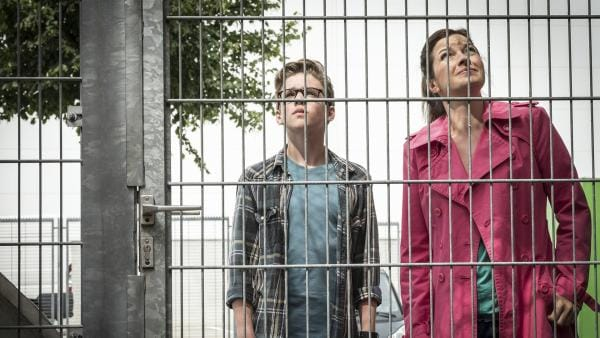 Benny (Ruben Storck) und seine Mutter Andrea (Meike Kircher) besuchen Bennys Vater im Gefängnis. | Rechte: NDR/Boris Laewen