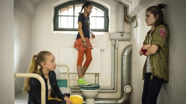 Kiara (Johanna Götting, links), Lisha (Emma Roth) und Mia (Marleen Quentin, rechts) gucken sich am Projekttag ein Gefängnis von innen an.   Rechte: NDR/Boris Laewen