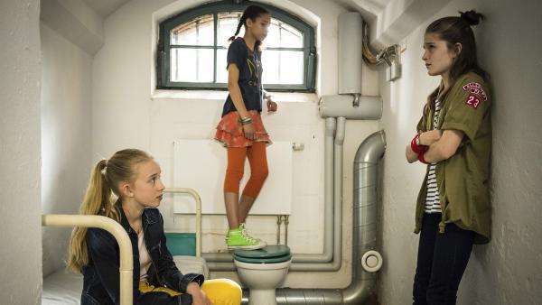 Kiara (Johanna Götting, links), Lisha (Emma Roth) und Mia (Marleen Quentin, rechts) gucken sich am Projekttag ein Gefängnis von innen an. | Rechte: NDR/Boris Laewen