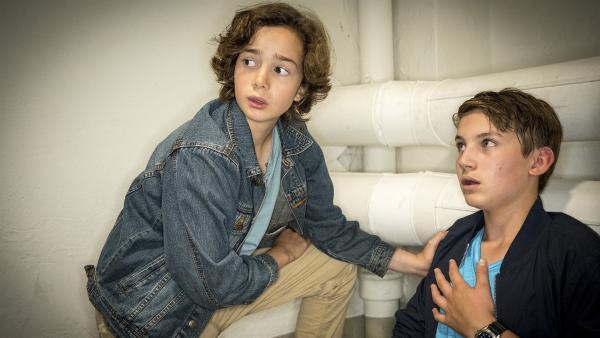 Ivo (Alexis Salsali, links) macht sich Sorgen um Johannes (Luke Matt Röntgen), der in der stillgelegten Gefängniszelle eine Panikattacke hat.   Rechte: NDR/Boris Laewen
