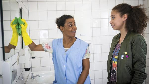 Auf einer öffentlichen Toilette lernt Lisha (Emma Roth, rechts) die Nigerianerin Anulika (Adisat Semenitsch) kennen. | Rechte: NDR/Boris Laewen