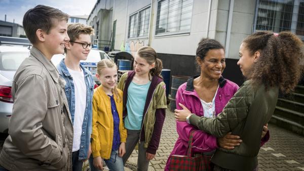 Anulika (Adisat Semenitsch, 2. von rechts) ist Dank des Einsatzes von Johannes (Luke Matt Röntgen), Benny (Ruben Storck), Alice (Emilia Flint), Mia (Marleen Quentin) und Lisha (Emma Roth) wieder frei. | Rechte: NDR/Boris Laewen