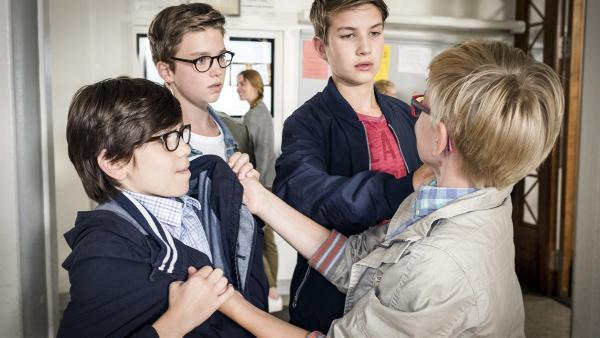 Johannes (Luke Matt Röntgen, 2. von rechts) und Benny (Ruben Storck, 2. von links) können gerade noch verhindern, dass Quirin (Leonard Hopp, rechts) den armen Gisbert (Tarik Sanli) verprügelt. | Rechte: NDR/Boris Laewen