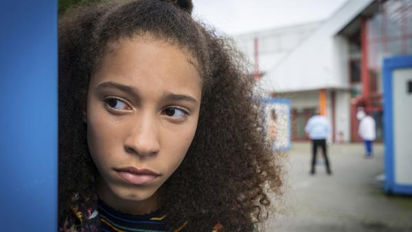 Lisha (Emma Roth) beobachtet genau, wer sich im Flüchtlingsheim verdächtig benimmt... | Rechte: NDR/Boris Laewen