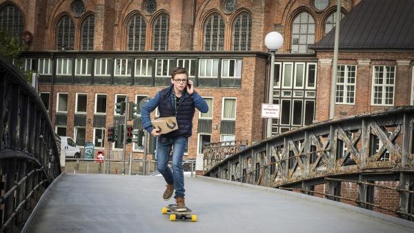Benny (Ruben Storck) auf Skatermission: Für ein Onlinespiel transportiert er Pakete quer durch Hamburg. | Rechte: NDR/Boris Laewen