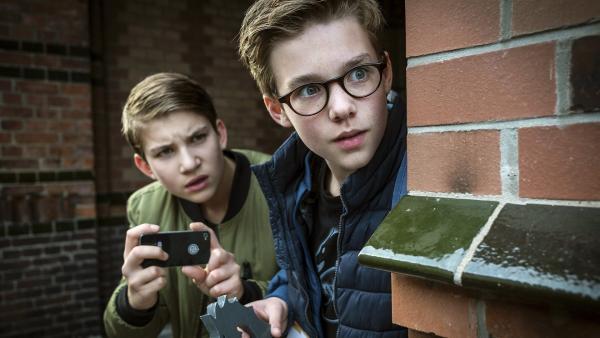 Johannes (Luke Matt Röntgen, links) und Benny (Ruben Storck, reechts) beobachten einen Verdächtigen. | Rechte: NDR/Boris Laewen