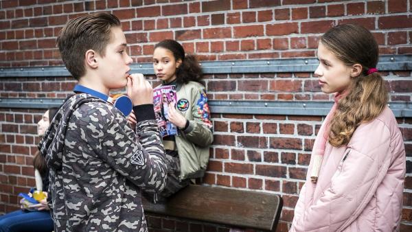 Marlon (Marek Winter, links) weiß offensichtlich, wie er Sofia (Matilda Hemminger, rechts) beeindrucken kann.... Lisha (Emma Roth, mitte) beobachtet die Szene. | Rechte: NDR/Boris Laewen