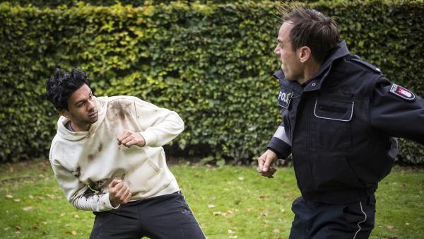 Hamit (Altamasch Norr) knöpft sich den falschen Polizisten (Peter Sikorski) vor. | Rechte: NDR/Boris Laewen
