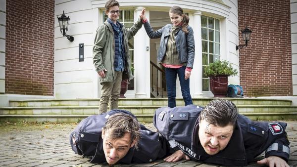 Verbrecher (Peter Sikorski, Marius Borghoff) ausgeschaltet: Benny (Ruben Storck, hinten links) und Mia (Marleen Quentin, hinten rechts) sind erleichtert. | Rechte: NDR/Boris Laewen