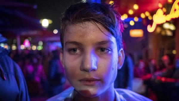 Johannes (Luke Matt Röntgen) irrt nachts durch die Straßen Hamburgs. | Rechte: NDR/Boris Laewen