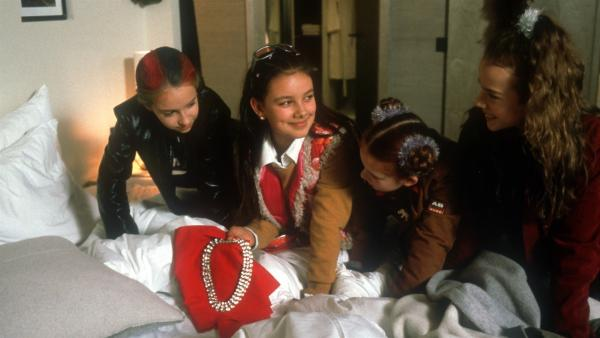 Geschafft! Unbemerkt können Vivi (Aglaja Brix) Johanna (Carlotta Cornehl) und Katja (Jana Fomenko) Pilar (Janina Uhse) helfen, das gestohlene Collier zurückzulegen. | Rechte: NDR/Baernd Fraatz