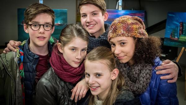 Wieder ein Fall gelöst von Benny, Mia, Johannes, Alice und Lisha.  | Rechte: NDR/Boris Laewen