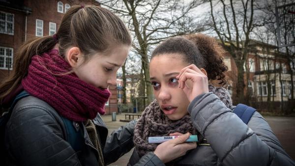 Lisha hat einen allergischen Schock. Mia kümmert sich um sie.  | Rechte: NDR/Boris Laewen