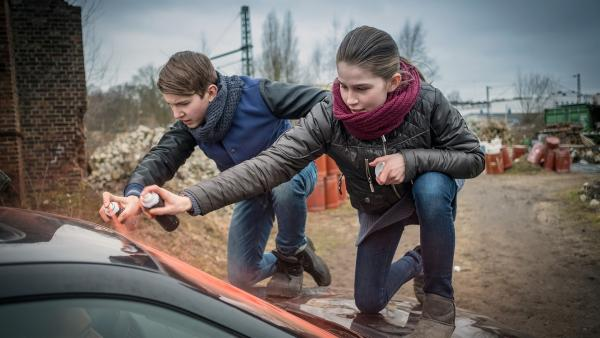 Johannes und Mia stoppen die Aalschmuggler.  | Rechte: NDR/Boris Laewen
