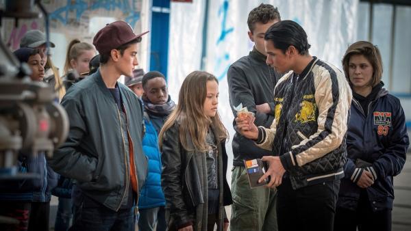 Kira wird von Moro und seiner Gang zur Rede gestellt.  | Rechte: NDR/Boris Laewen