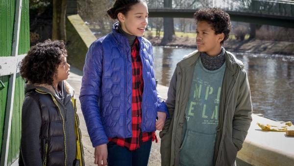 Lisha zeigt Femi und Tayo den Kanuverleih. | Rechte: NDR/Boris Laewen