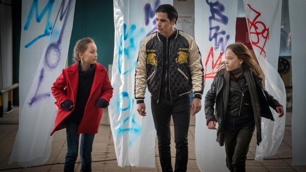 Nele und Kira werden von Moro verfolgt. | Rechte: NDR/Boris Laewen