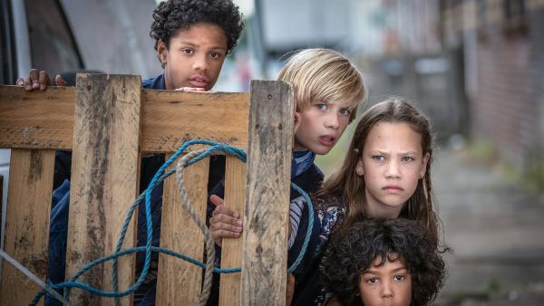 Tayo, Levin, Kira und Femi auf Beobachtungsposten. | Rechte: NDR/Boris Laewen