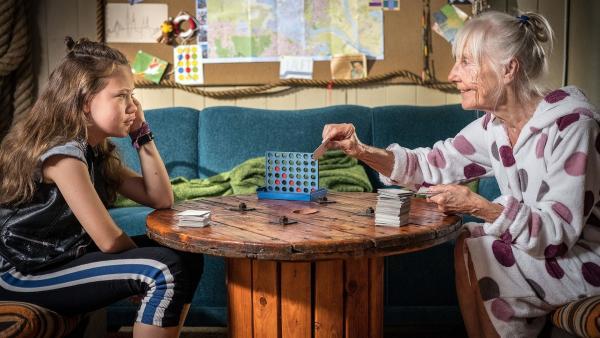 Kira und die seltsame alte Dame.  | Rechte: NDR/Boris Laewen