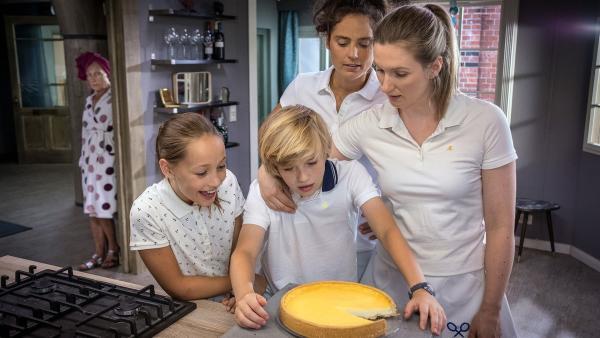 Wer hat bei Familie Grevemeyer vom Kuchen gegessen.  | Rechte: NDR/Boris Laewen