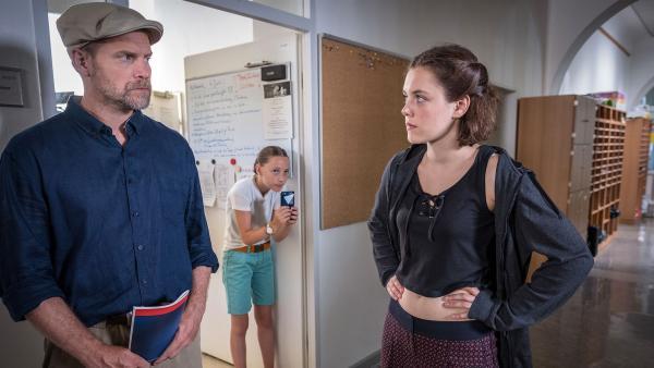 Nele belauscht ein Gespräch zwichen Martin und Antonia.  | Rechte: NDR/Boris Laewen