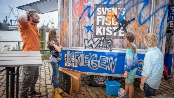Auf Spurensuche an der zerstörten Fischbude.  | Rechte: NDR/Boris Laewen