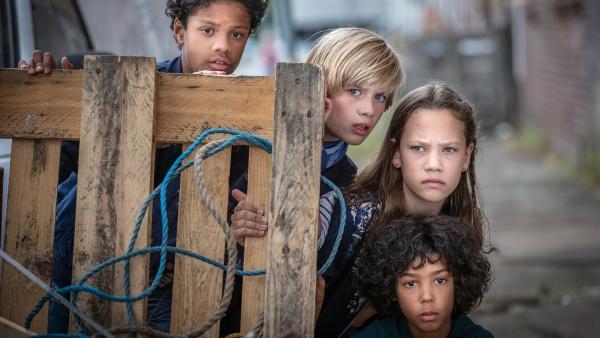 Tayo (Samuel Adams), Levin (Moritz Pauli), Kira (Marlene von Appen) und Femi (Spencer König) auf Beobachtungsposten | Rechte: NDR/Boris Laewen