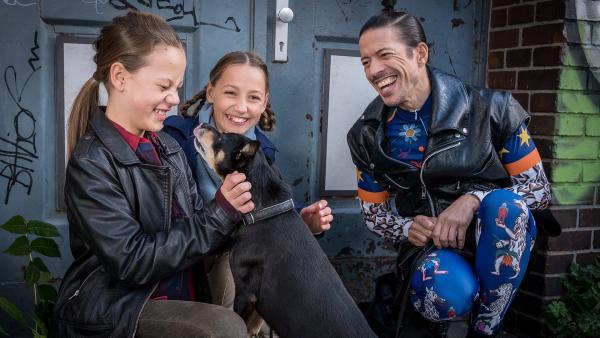 Kira (Marlene von Appen), Nele (Ronja Levis) und Jorge Gonzàlez haben sichtlich Spaß mit Willie. | Rechte: NDR/Boris Laewen
