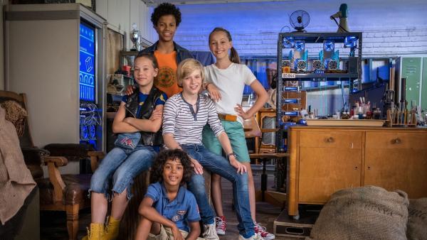 Kira (Marlene von Appen), Tayo (Samuel Adams), Levin (Moritz Pauli), Nele (Ronja Levis) und Femi (Spencer König) im Hauptquartier der Pfefferkörner. | Rechte: NDR/Boris Laewen