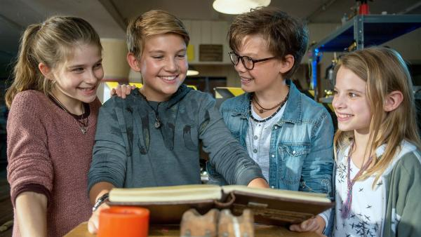 Mia, Benny und Alice zeigen Johannes (2.v.l.) im HQ das legendäre Pfefferkörner-Buch. | Rechte: NDR/Marion von der Mehden