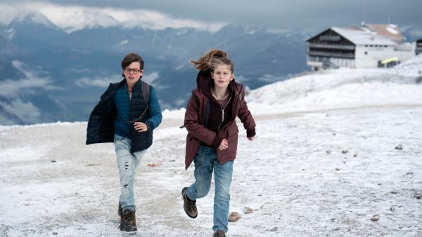 Benny und Mia fliehen vor Levartis' Sicherheitsleuten. | Rechte: NDR/Martin Rattini