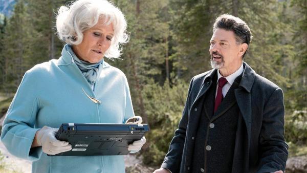 Isabel Levartis (Suzanne von Borsody) und der Bürgermeister Oberlander (Sebastian Baur)   Rechte: NDR/Martin Rattini