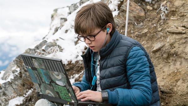 Bennys (Ruben Storck) Lauschangriff vor dem Bergmuseum   Rechte: NDR/Martin Rattini