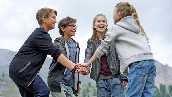 Geschafft! Johannes, Benny, Mia und Alice haben den Fall gelöst!   Rechte: NDR/Martin Rattini