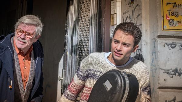 Günter (Wolf-Dietrich Sprenger, li.) und David Rieger (Max Hegewald, re.) wollen das Cello in Sicherheit bringen. | Rechte: NDR/Boris Laewen
