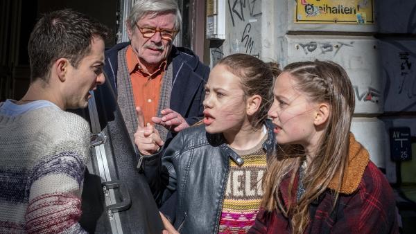 Kira (Marlene von Appen, 2.v.re.) und Nele (Ronja Levis, re.) stoppen den Cellodieb. | Rechte: NDR/Boris Laewen