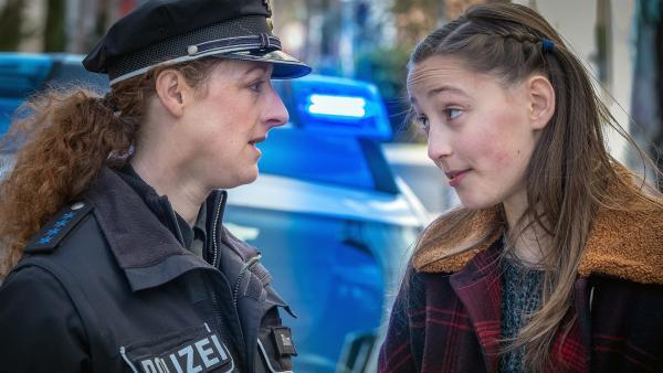 Nele (Ronja Levis, re.) ist der Polizei immer einen Schritt voraus. | Rechte: NDR/Boris Laewen