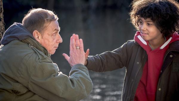 Opa Reiko (Peter Badstübner, li.) und Femi (Spencer König, re.) schließen einen Pakt. | Rechte: NDR/Boris Laewen