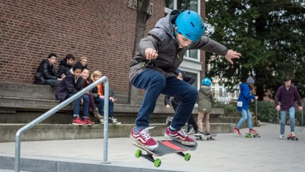 Yanis (Tom Philipp) auf dem Skateboard. | Rechte: NDR/Boris Laewen