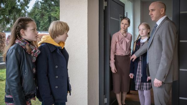 Kira (Marlene von Appen, li.) und Levin (Moritz Pauli, 2.v.li.) konfrontieren Majas Eltern. | Rechte: NDR/Boris Laewen