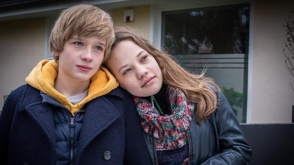 Levin (Moritz Pauli) und Kira (Marlene von Appen) sind verliebt. | Rechte: NDR/Boris Laewen
