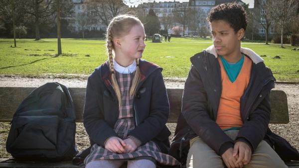 Tayo (Samuel Adams) kümmert sich rührend um Maja (Linnea Stolzenburg). | Rechte: NDR/Boris Laewen