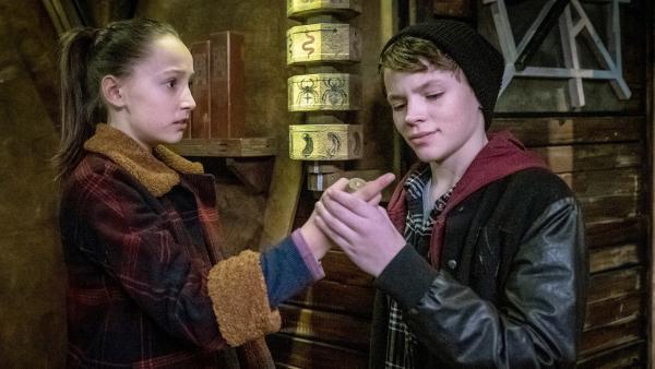 Nele (Ronja Levis) ist verwirrt - Arian (Mikke Rasch) starrt fasziniert ihren blutenden Finger an. | Rechte: NDR/Boris Laewen