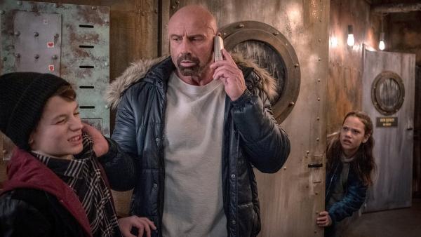 Taisto (Ron Matz, 2.v.li.) schnappt sich Arian ( Mikke Rasch, li.) und droht Victor. | Rechte: NDR/Boris Laewen