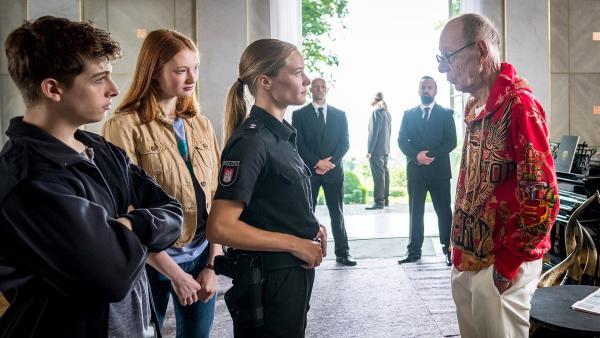 Pfefferkorn Natascha (Vjessan Ferkic) ist mittlerweile selbst Polizistin und konfrontiert Millionär Godeke ( Hans-Peter Korff). | Rechte: NDR/Boris Laewen