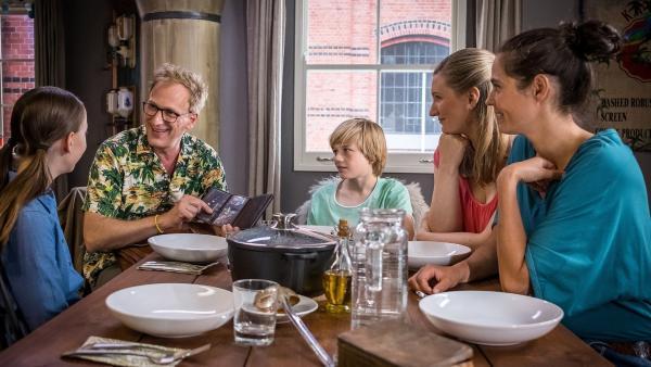 Die komplette Familie Grevemeyer (v.l.n.r.): Nele (Ronja Levis), Sebastian (Kai Lentrodt), Levin (Moritz Pauli), Imke ( Lena Münchow)und Krissi (Silja von Kriegstein). | Rechte: NDR/Boris Laewen