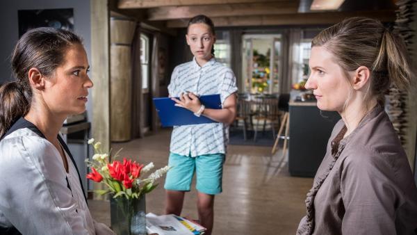 Nele (Ronja Levis, Mi.) braucht Infos über ihren leiblichen Vater. Krissi (Silja von Kriegstein, li.) und Imke (Lena Münchow, re.) fühlen sich überrumpelt. | Rechte: NDR/Boris Laewen