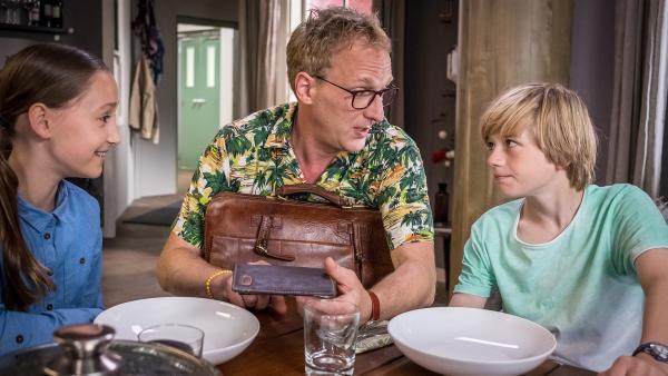 Nele ( Ronja Levis) und Levin (Moritz Pauli) mit ihrem leiblichen Vater Sebastian Haller ( Kai Lentrodt). | Rechte: NDR/Boris Laewen