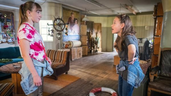 Cousine Alicia (Ruby M. Lichtenberg) folgt Kira (Ronja Levis) ins HQ. | Rechte: NDR/Boris Laewen