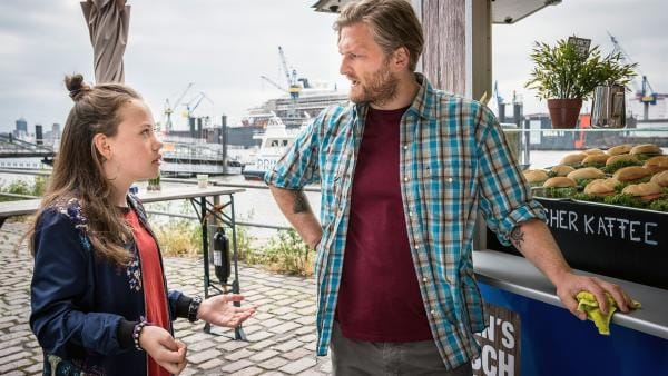 Kira (Marlene von Appen) versucht Sven (Bo Hansen) davon zu überzeugen, als Lockvogel in ihren Fall einzusteigen. | Rechte: NDR/Boris Laewen